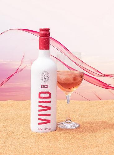 Evino lança sua segunda marca própria de vinho, chamada Vivid