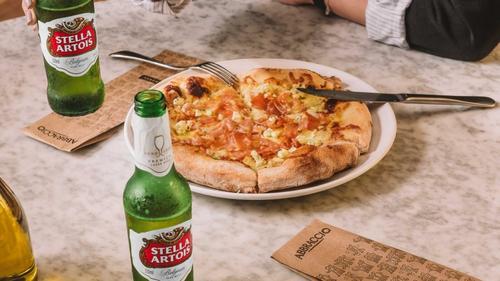 Abbraccio e Stella Artois criam pizza feita com cerveja