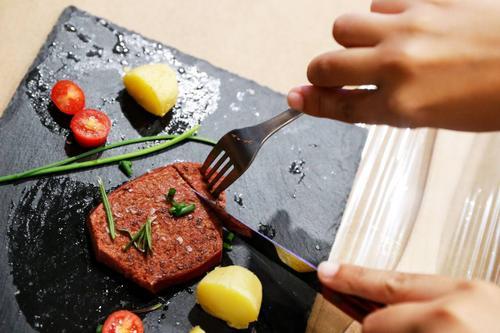 Nestlé mira futuro do mercado de carne cultivada em laboratório