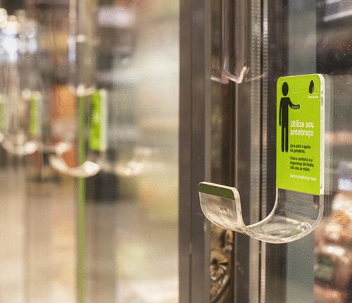 GPA implementa solução para abertura de geladeiras nas lojas sem uso das mãos